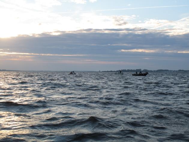 Die Boote standen vor dem Start überall verteilt auf dem Wasser